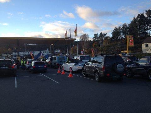 Mange biler i Kø ved bensinstasjon på Amfi.