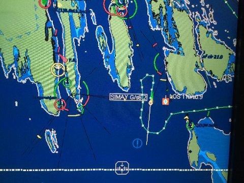 Dette er skjermbildet til Sjøtrafikksentralen i Brevik som viser hvordan det tyrkiske tankskipet «SIMAY G» endret kurs etter å ha vært på vei ut Helgeroafjorden. Skipet dreide nærmest 180 grader og gikk nordover i Dypingen og var nær ved å grunnstøte mot Gjeterøya. Dette er skjermbildet til Sjøtrafikksentralen i Brevik som viser hvordan det tyrkiske tankskipet «SIMAY G» endret kurs etter å ha vært på vei ut Helgeroafjorden. Skipet dreide nærmest 180 grader og gikk nordover i Dypingen og var nær ved å grunnstøte mot Gjeterøya.