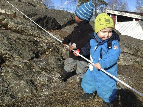 Tøffinger: Muawie (til venstre) og Oscar rappellerte ned fjellet i Kalstad barnehage. Alle foto: Privat