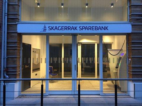 NYTT NAVN: Fredag ettermiddag var bankens nye navn på plass ved inngangen til Skagerrak sparebanks lokaler i Kirkegata i Kragerø. FOTO: NILS JUL LANDE