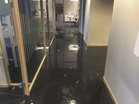 Slik så det ut: Vannet sto centimeter høyt på gulvet i tredje etasje etter lekkasje i Kragerø Sparebank lørdag.Foto: Privat