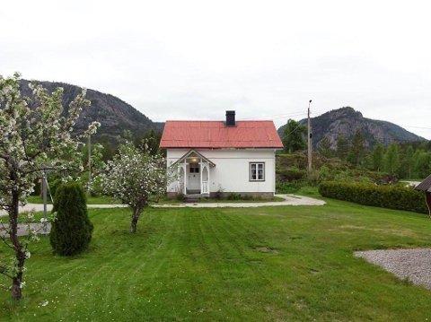 OVER ETT MÅL TOMT: Denne eneboligen i Tørdal i Drangedal er til salgs med en prisantydning på 420.000 kroner. Huset er bygd i 1913, primærrom er 63 kvadratmeter og tomta er på 1189 kvadratmeter.