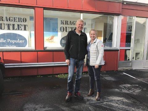 INNENDØRS: – Det blir Bondens Marked i det gamle Bonusbygget til lørdag, sier Axel Carlsen og sjef for Bondens Marked i Kragerø, Hege Lier. (Foto: Privat)