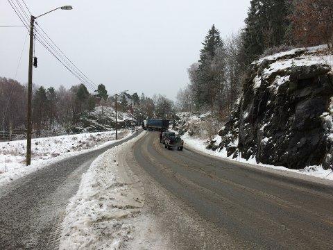 Lange køer de den ene traileren ved Bråtebakken ble berget i formiddag.