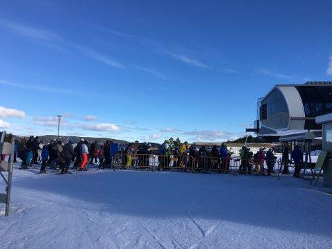 MYE FOLK: Det var mye folk i skianlegget på Gautefall torsdag. Litt kø ble det i heisene.