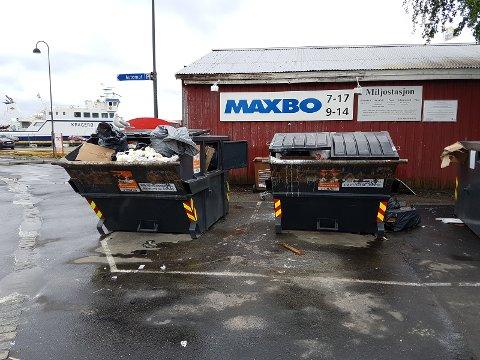 Søppelkonteinere som flyter over, som her ved Fossen-tomta har vært et stadig tilbakevendende problem i Kragerø de siste årene. Nå fjernes konteinerne på vinteren.