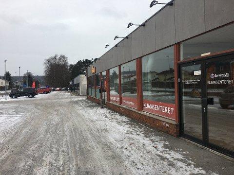 ÅPNER: Her ved siden av bilforretningen og Pizzabakeren i Telemarksvegen skal Skagerrak sparebank åpne ny filial i løpet av våren. (Foto: Vigdis Hella)