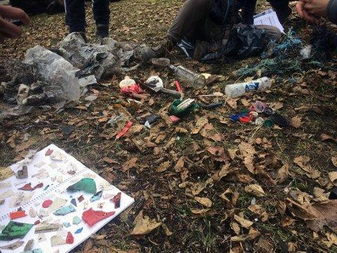 FANT MYE: Alt fra flasker til melkekartonger og fiskeutstyr lå spredt ute ved Rekevika. (Foto: Christian A. Robstad)