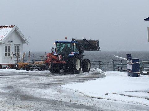 SNØRYDDING: Havnevesenets traktor var søndag ettermiddag i full sving med å rydde området ved Danskekaia for snø.