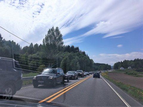 SAKTEGÅENDE: En KV-tipser har nettopp tatt dette bildet, og melder om saktegående kø østover fra Nylende og i alle fall til Sundby.