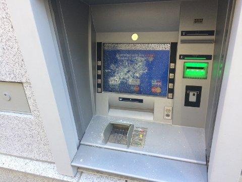 Skjermen på minibanken er knust.