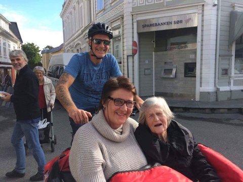 """UT PÅ TUR: Bjørg Almannskaas fikk seg en flott tur i sola fredag, sammen med """"sykkelpilot"""" Knut Olav Brochmann Øsleby og hjelpepleier Elisabeth Myra."""