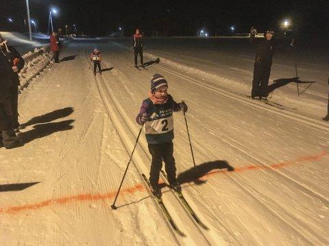 Ferdig: Kaia Roalstad fra Drangedal IL passerer mållinjen. Like bak henne kommer Signe Sætre fra samme klubb. Begge går i sjuårsklassen. Foto: Privat