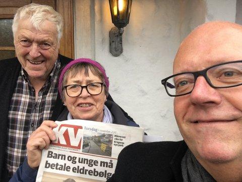 KVs Nico Jørgensen var tilfeldigvis i Tønsberg denne dagen da Ragnar og Grethe Gunnarsen ikke fikk KV. Han sto på døra torsdag ettermiddag og overleverte et rykende ferskt eksemplar av KV til abonnenten.