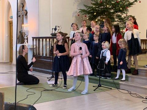 SOLISTER: Mathea og Leah var blant dem som sang solo under kirkekonserten.