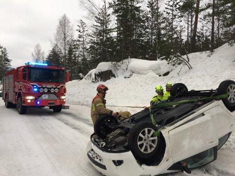 Bilen måtte snus ved hjelp av brannvesenets mannskaper.