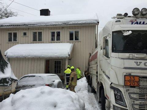 Tankbilen har kjørt inn i hjørnet på bygningen.