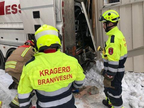 LEKKASJE: Brannmannskapene jobbet med å stoppe en lekkasje fra tankbilen.