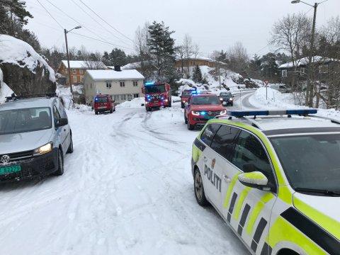 NØDETATENE: Både politi, brannvesen og ambulanse har rykket ut til stedet.