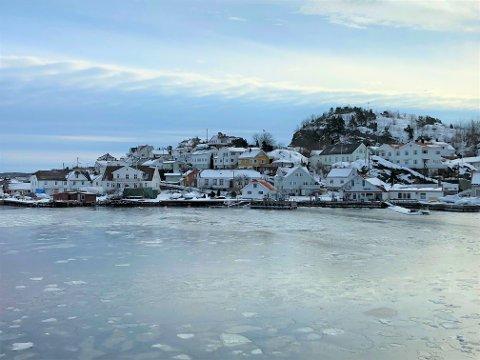 BOPLIKT: Rødt-politiker Terje Mindrebør peker på Øya som ett av områdene som har mange mørke vinduer vinterstid. (Foto: Espen Solberg Nilsen)