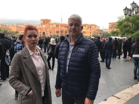 DEMONSTRASJONER: Ordfører Jone Blikra og varaordfører Charlotte Therkelsen Sætersdal tok lørdag kveld ved 19-tiden lokal tid seg en tur utenfor hotellet, der protestene pågår på Republikkplassen i Jerevan.