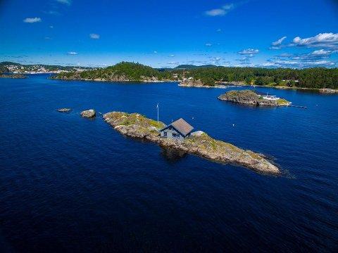 Hytta og holmen ligger i Skåtøysund, og er godt synlig blant annet hvis man tar ferja til Jomfruland.