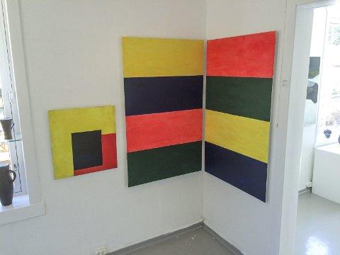Jomfruland: Jorunn Steffensen har kalt de to store bildene for «Horisontale striper». Pris 29.000 kroner. Det lille til høyre heter «Svevende» og koster 5.000 kroner.
