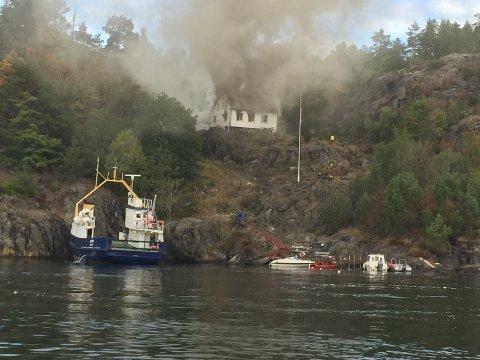 Brannen er på Garnvik på Langøy.