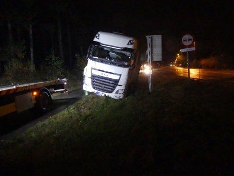 ENDTE HER: Den berusede trailersjåføren endte ferden på gangveien ved Bamblegrillen. Foto: DFF Media AS