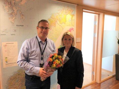 GAVE FRA SJEFEN: Thorleif Fluer Vikre fikk blomster i avskjedsgave fra kommunal- og moderniseringsminister Monica Mæland.