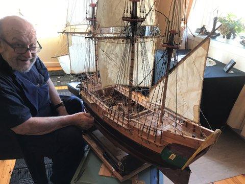 MESTERVERK: Jens Postmyr viser stolt fram skipet. Sveip eller trykk på pilene for å se flere bilder!