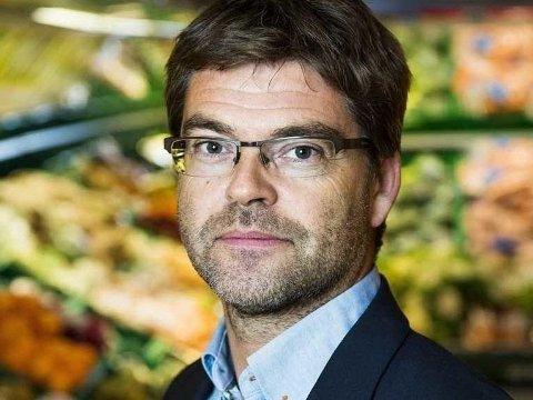 PRISRAS: Kommunikasjonssjef Harald Kristiansen i Coop Norge halverer juletreprisene, men mener de ikke dumper prisene.