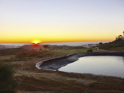 Vakkert: Golfrundene begynte i det solen steg opp fra Middelhavet. Men hjemme ventet snøfreseren!