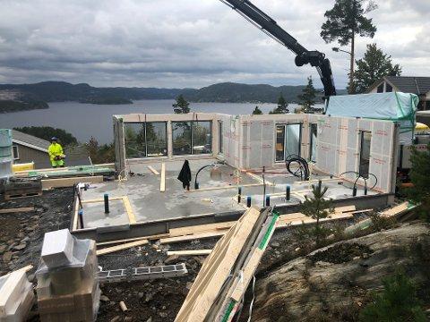 UNDER OPPFØRING: To nye hytter skal stå klare om under tre måneder. Sveip eller klikk på pilene for å se flere bilder.