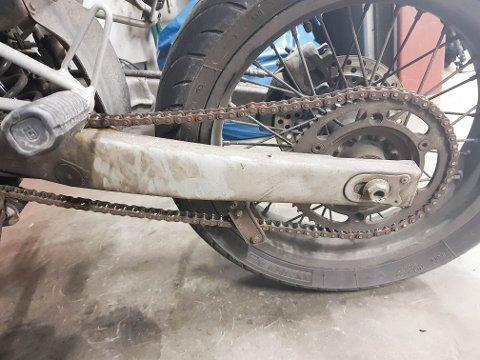BRÅSTOPP: Hva tror du skjer hvis man får buksen i kjedet på en moped eller lett MC uten kjedekasse?