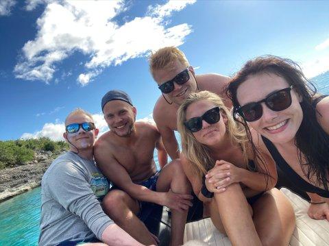 PARADISØY: Stian Østrem (med mørke solbriller bak) forteller at situasjonen skal bli markant verre om han skal vurdere å reise hjem fra paradisøya St. MArtin.