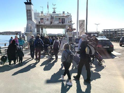 Full ferje: Sol og varme førte til at «alle» skulle til Jomfruland tirsdag. Ikke alle holdt korona-avstand på to meter.