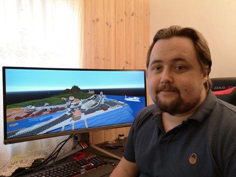 BYGGER: Herman Ljosland er en av om lag 20 datainteresserte som bygger Kragerø i Minecraft. Sveip eller klikk på pilene for å se flere bilder.