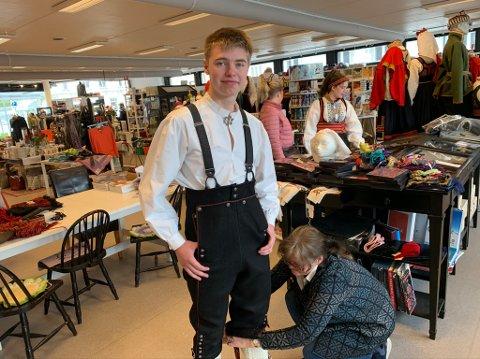 Knut Skarvang Øverland (19) fra Sannidal var blant de første i køen. Han kom for å prøve og få ferdigstilt sin herrebunad fra Øst-Telemark.