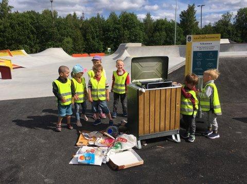 PLUKKET SØPPEL: Det fløt av søppel rundt den nye skatebanen på Kalstad. Det ble plukket opp av barnehagebarna. Klikk på pilene eller sveip for å se flere bilder.