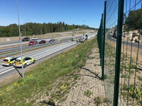 OMKOM: En mann i 50-årene omkom i den tragiske ulykken på E18 ved Torsbuåstunnelen i Arendal i sommer. Til uka starte straffesaken mot en kragerømann som er tiltalt for uaktsom kjøring.