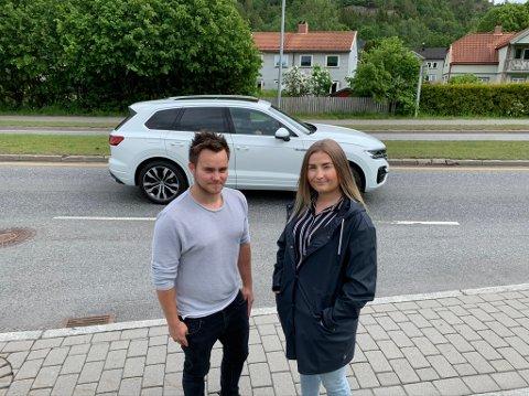 SKJERMING: Thomas Olsen og Nicole McParland håper fylkeskommunen vil gå med  på å bygge en støyskjerm foran tomannsboligene som vender ut mot fylkesveien på Vallermyrene.