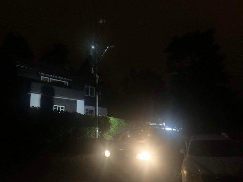 REPARERER: Kragerø Energi er på plass i Granittveien etter brann i strømledning.