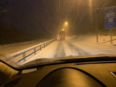 Tett snødrev på vei opp mot Østerholtheia i retning Gjerstad i morges. Foto: Trond Nøstvold Tou