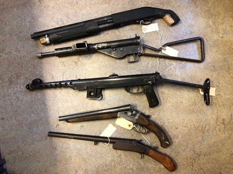 SKYTEVÅPEN: Disse ble funnet i en bolig ved Biørnebyen-området i Kragerø.