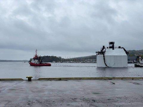 Kragerø Sjøtjenester er i gang med det spesielle slepet.