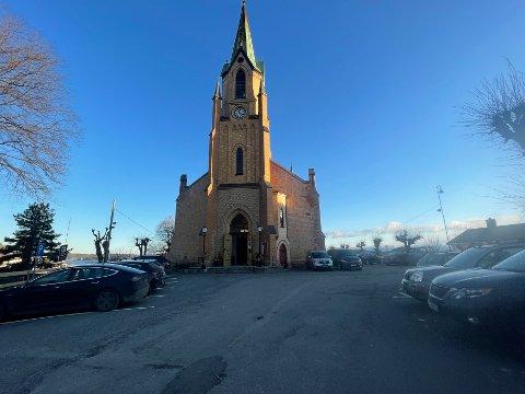 VIL DRIFTE: Kragerø menighetsråd ønsker å overta det administrative ansvaret for rundt ti parkeringsplasser på kirkas grunn.