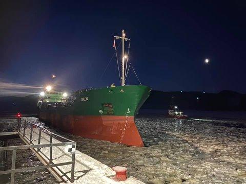 TRE ANLØP: Det var tre skipsanløp til steinbruddet på Litangen denne uka. Så langt skaper ikke isforholdene noe problemer for skipstrafikken.