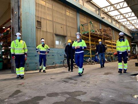 TRENGER FOLK: Terje Tønnessen og Grunde Grimsrud på besøk hos Bilfinger på Herøya. Bedriften har nærmest kontinuerlig behov for nye fagarbeidere, men det er mangel på folk med rett kompetanse der ute.