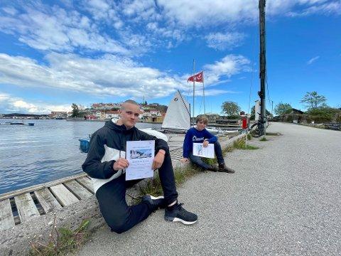 Sindre Hovde Pettersen og Bror Pape Nelson viser stolt fram beviset på at de har mottatt seilerstipendet.